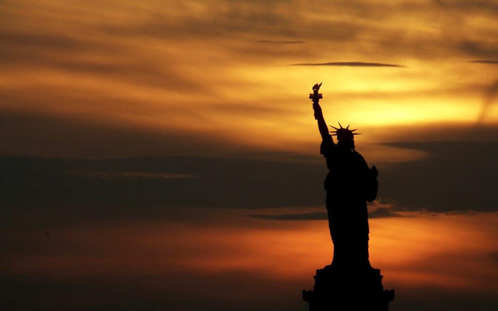 פסל החירות בשקיעה (צילום: AP Photo/Seth Wenig)