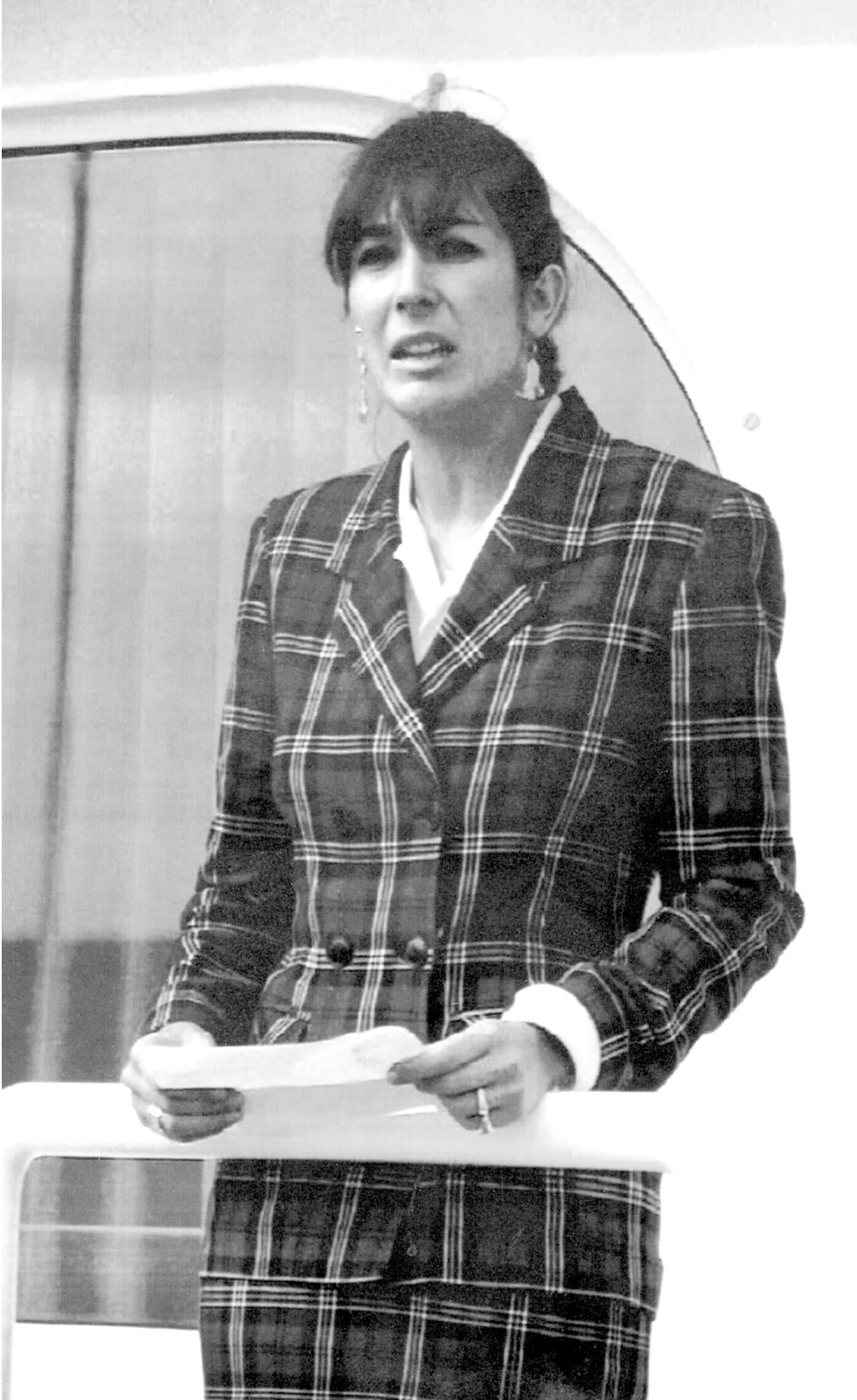 """גיליין מקסוול, בת הזקונים של רוברט מקסוול, מקריאה הודעה בספרדית אחרי מותו, על ירכתי היאכטה """"ליידי גיליין"""", 7 בנובמבר 1991 (צילום: AP Photo/Dominique MollardAP Photo/Dominique Mollard)"""