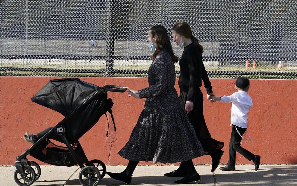 נשים וילדים מהקהילה החרדית בבורו פארק, ברוקלין, אוקטובר 2020 (צילום: AP Photo/Kathy Willens)