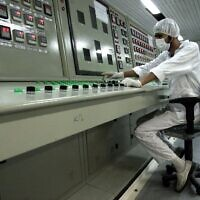 עובד בכור גרעיני ליד העיר איספהאן באיראן ב-2007 (צילום: AP Photo/Vahid Salemi)