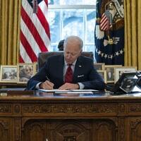 """נשיא ארה""""ב ג'ו ביידן בחדר הסגלגל, 28 בינואר 2021 (צילום: AP Photo/Evan Vucci)"""