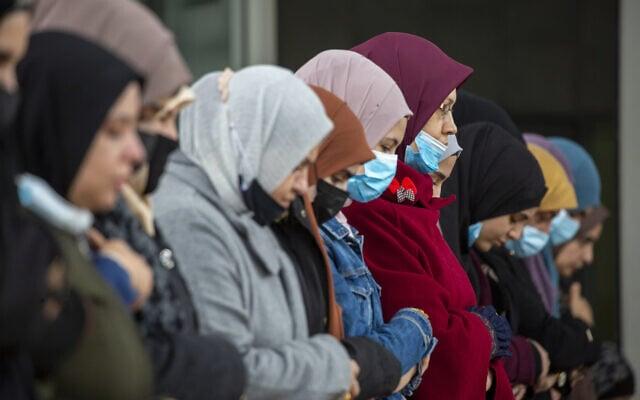 נשים מוסלמיות באום אל-פחם במהלך מגפת הקורונה, פברואר 2021 (צילום: AP Photo/Ariel Schalit)