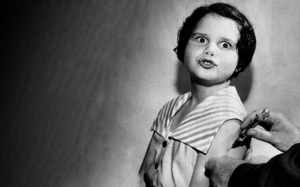 """חיסון נגד פוליו בארה""""ב ב-1955 (צילום: AP Photo)"""