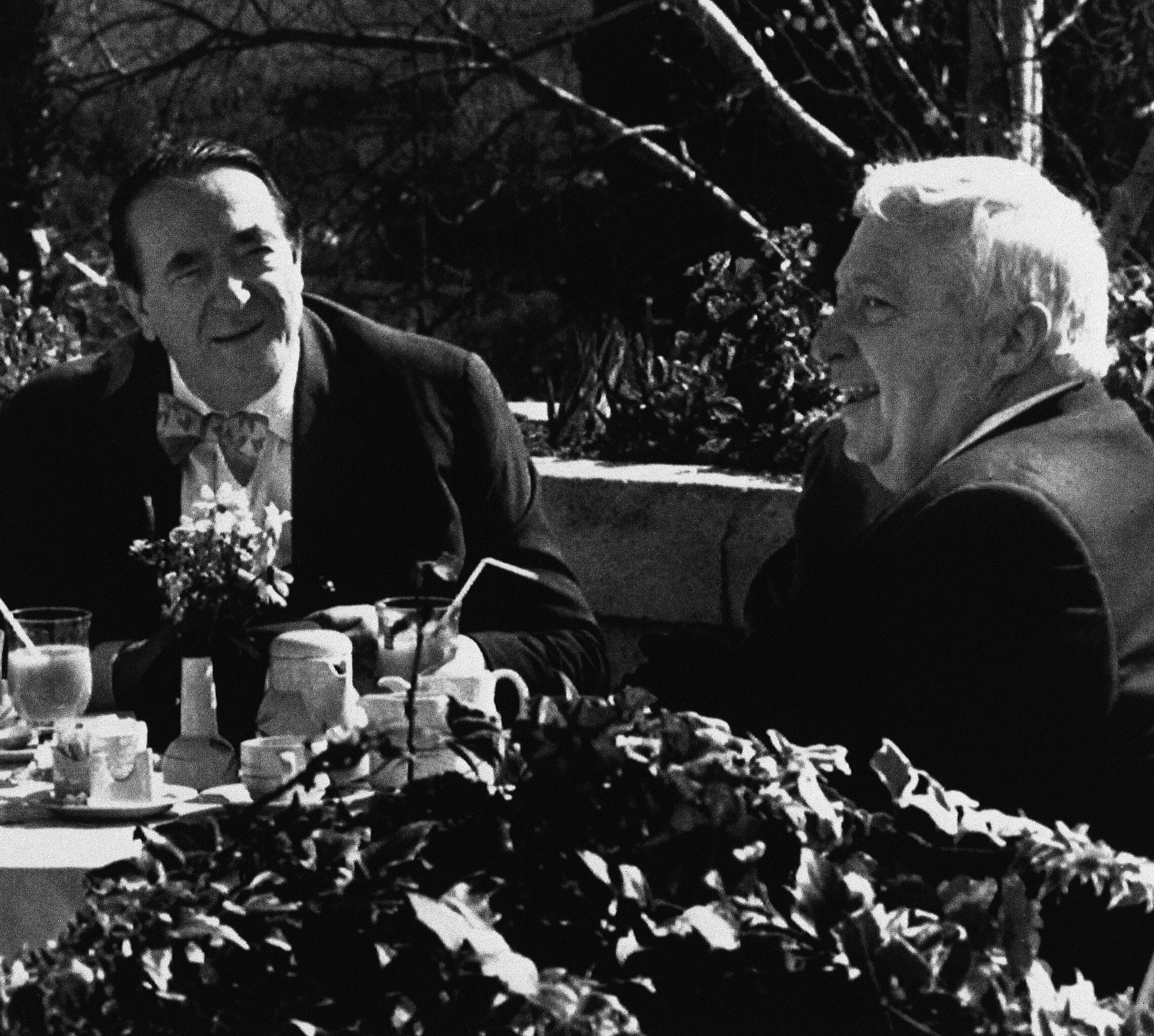 רוברט מקסוול עם אריאל שרון ב-1990 (צילום: AP Photo)