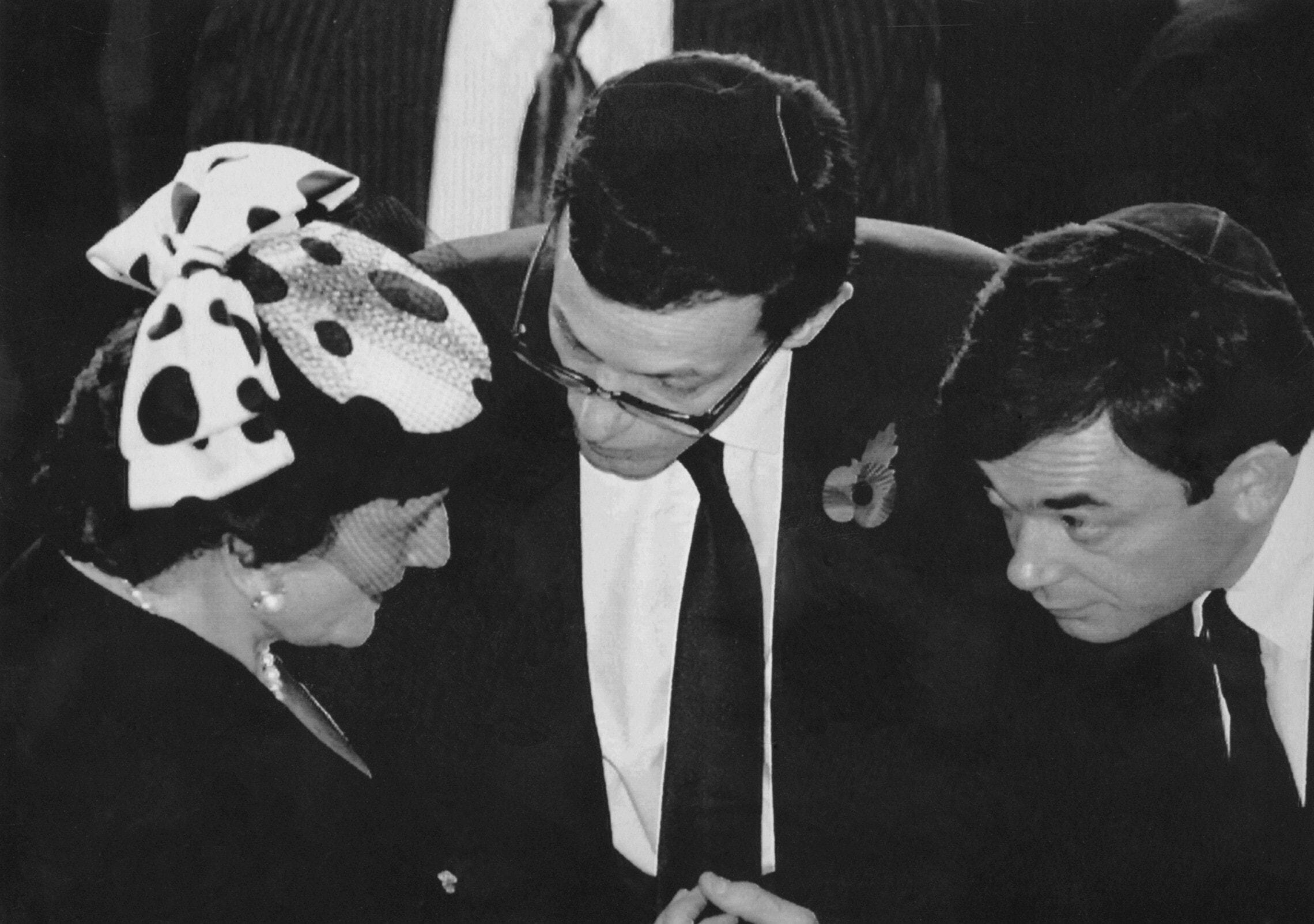 איאן, פיליפ ואליזבת' מקסוול בהלוותיו של רוברט מקסוול בירושלים, 10 בנובמבר 1991 (צילום: AP Photo/Nati Harnik)