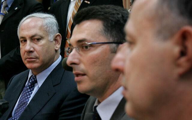 צחי הנגבי, גדעון סער ובנימין נתניהו ב-2005 (צילום: AP Photo/Oded Balilty)