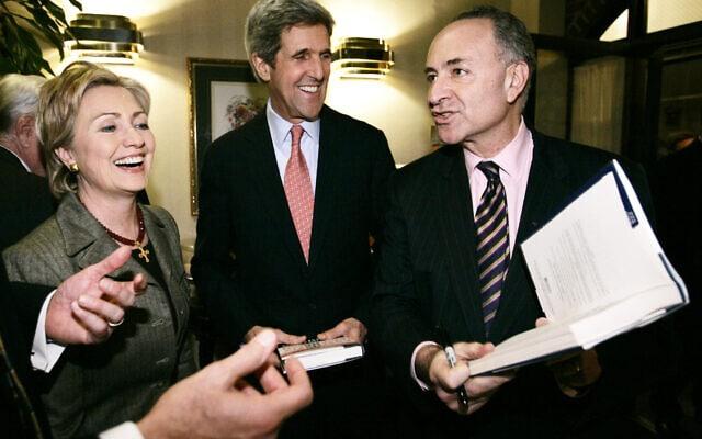 צ'אק שומר לצד ג'ון קרי והילרי קלינטון בוושינגטון, 30 בינואר 2007 (צילום: Charles Dharapak, AP)