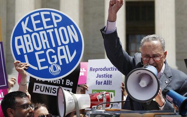 צ'אק שומר נושא דברים בהפגנה נגד איסור הפלות מחוץ לבית המשפט העליון של ארצות הברית, 21 במאי 2019 (צילום: Jacquelyn Martin, AP)