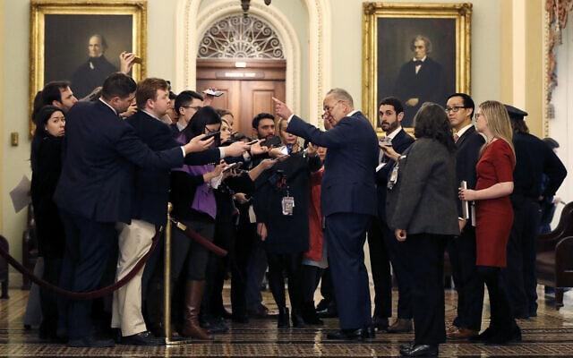 צ'אק שומר משוחח עם כתבים מחוץ לאולם הסנאט, 21 בינואר 2020 (צילום: Julio Cortez, AP)