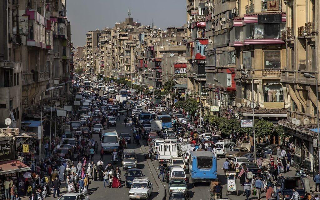קהיר, שעות אחדות לפני תחילת העוצר שהוטל בניסיון להיאבק במגפת הקורונה, 14 באפריל 2020 (צילום: AP Photo/Nariman El-Mofty, File)