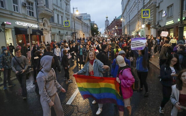"""פעילים למען זכויות להט""""ב במוסקבה שברוסיה, 15 ביולי 2020 (צילום: Pavel Golovkin, AP)"""