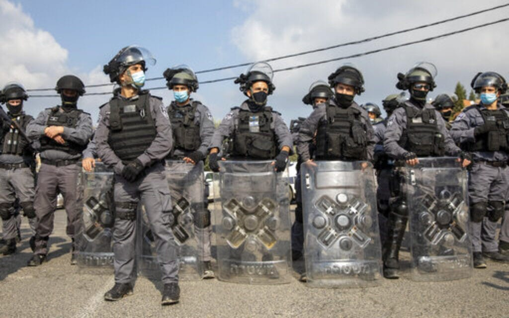 שוטרים עם אמצעים לפיזור הפגנות לקראת הפגנה באום אל פאחם, 5 בפברואר 2021 (צילום: AP)