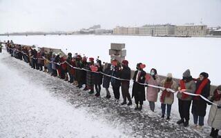 שרשרת אנושית של מפגינים התומכים בפעיל האופוזיציה אלכסיי נבלני בסנט פטרסבורג, 14 בפברואר 2021 (צילום: Ivan Petrov, AP)