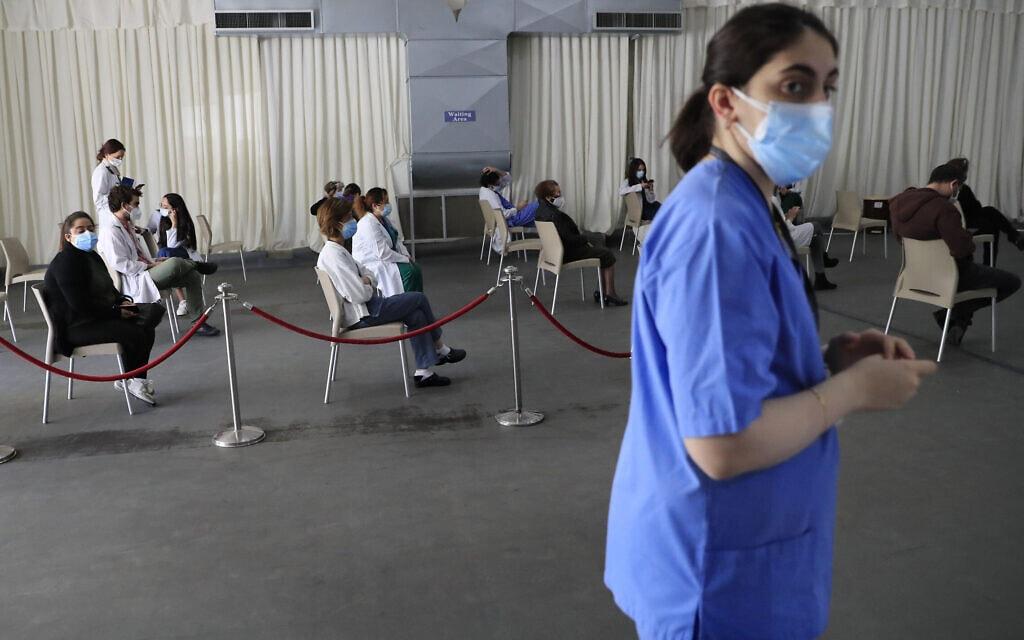 פציינטים ממתינים לקבלת חיסון נגד נגיף הקורונה בבית החולים סנט ג'ורג' בביירות, 16 בפברואר 2021 (צילום: Hussein Malla, AP)