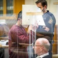 איאד אל-חריב, שהורשע בסיוע לפשעים נגד האנושות, מליט את פניו בבית משפט בגרמניה, 24 בפברואר 2021 (צילום: Thomas Lohnes/Pool Photo via AP)