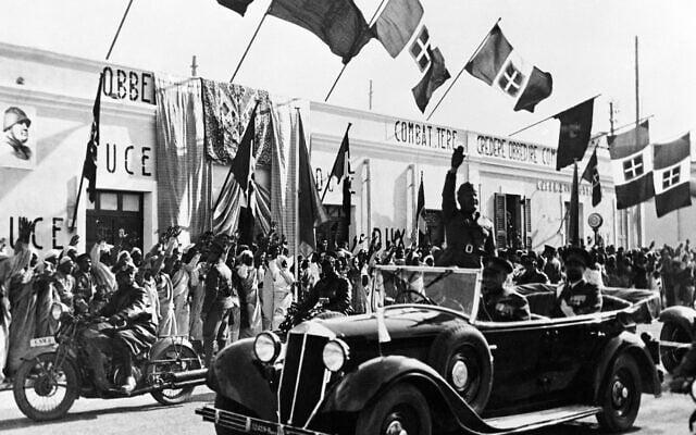 בניטו מוסוליני בביקור רשמי בלוב בעת שהייתה קולוניה איטלקית, ב-12 במרץ 1937 (צילום: AP Photo)