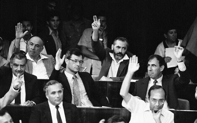 מאיר כהנא מצביע בכנסת, ב-13 באוגוסט 1984 (צילום: AP Photo/Anat Givon)