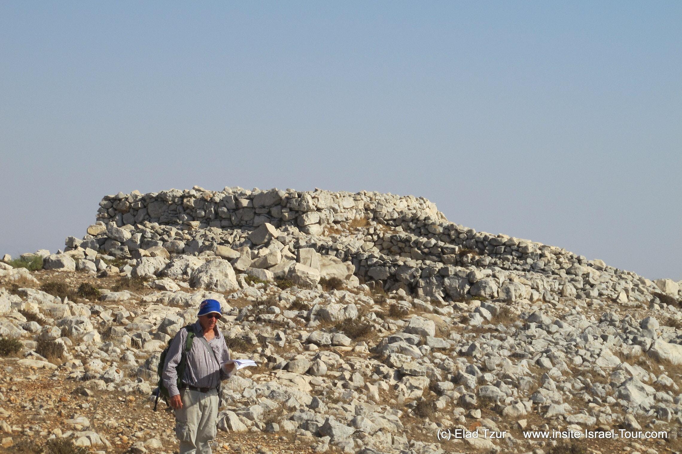 מזבח הר עיבל ב-2012 (צילום: אלעד צור, ויקיפדיה)