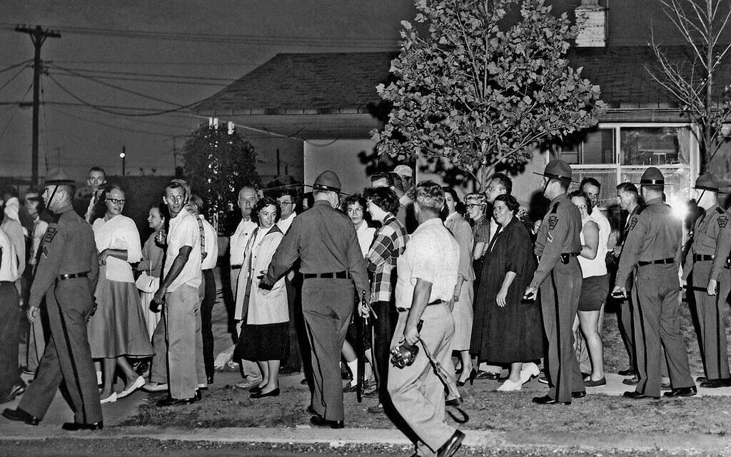 מפגינים מחוץ לבית משפחת לוויטאון שבפנסילבניה, 20 באוגוסט 1957 (צילום: רשות הציבור)