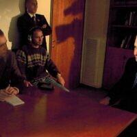 """דן פרי מראיין את בנימין נתניהו בתקופת האינתיפדה השניה.פרי היה אז מנהל AP בישראל / פלסטין ויו""""ר התאחדות העתןנאים הזרים (צילום: באדיבות דן פרי)"""