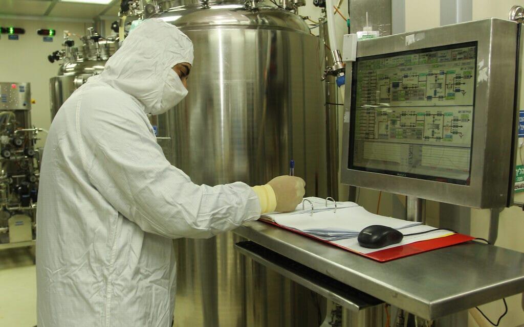 עובד בחדר הנקי של מעבדות קמהדע (צילום: קמהדע/ויקיפדיה)