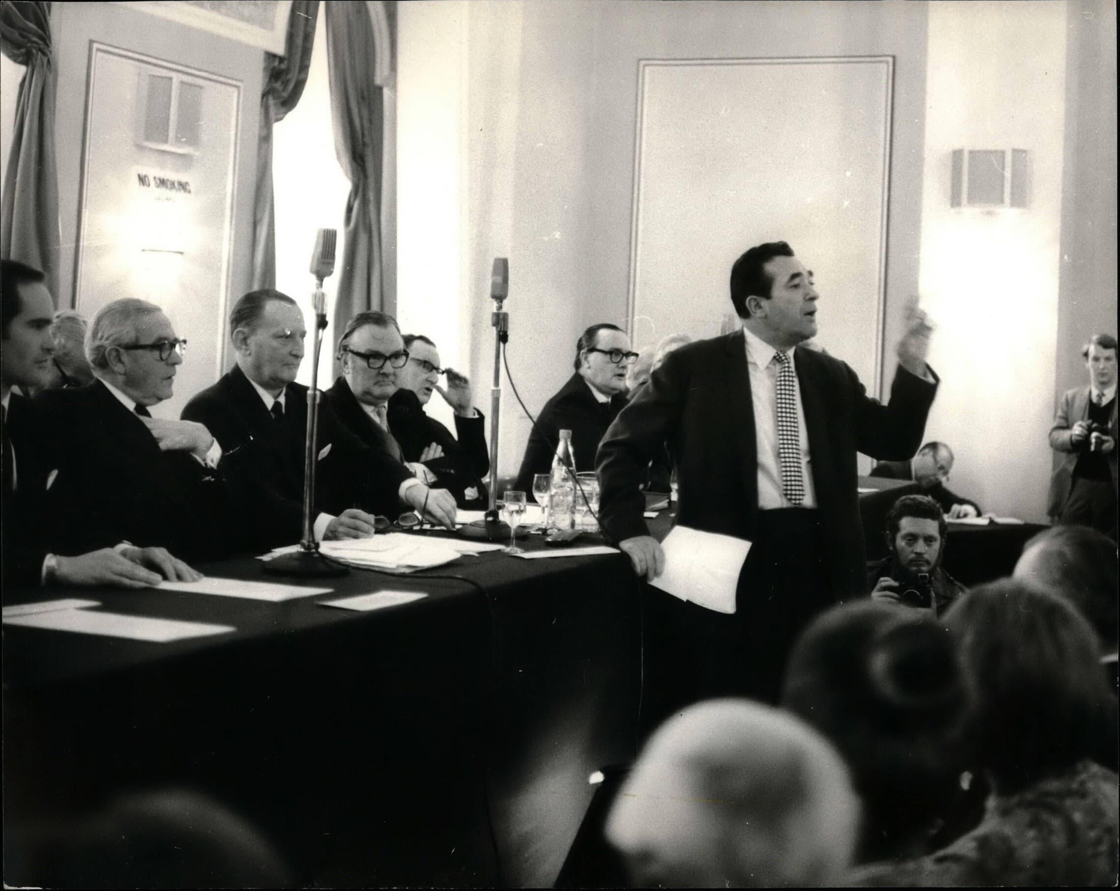 """רוברט מקסוול מנסה לרכוש את """"ניוז אוף דה וורלד"""" באסיפת בעלי המניות של העיתון ב-1 בינואר 1969 (צילום: Keystone Press / Alamy)"""