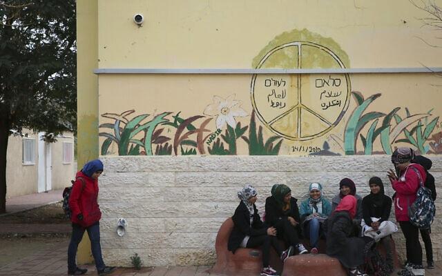 תלמידות בבית ספר אלנג'אח ברהט בהפסקת לימודים (צילום: הדס פרוש/פלאש90)
