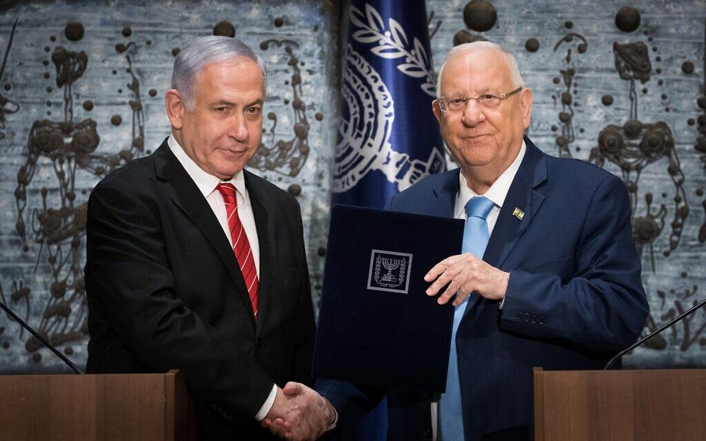 נשיא המדינה ראובן ריבלין מעניק לבנימין נתניהו את המנדט להרכיב ממשלה, ב-25 בספטמבר 2019 (צילום: יונתן זינדל/פלאש90)