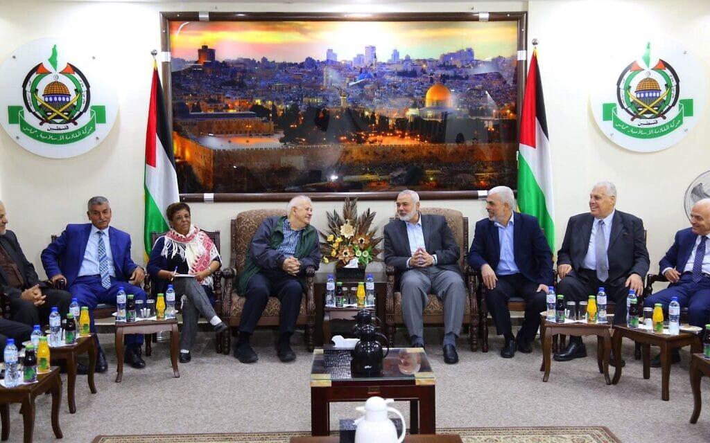 מנהיג חמאס איסמעיל הנייה (רביעי מימין) בפגישה עם חנא נאסר (שלישי משמאל), יושב ראש ועדת הבחירות המרכזית של הרשות הפלסטינית, בעזה, 3 בנובמבר 2019 (צילום: Hassan Jedi/Flash90)