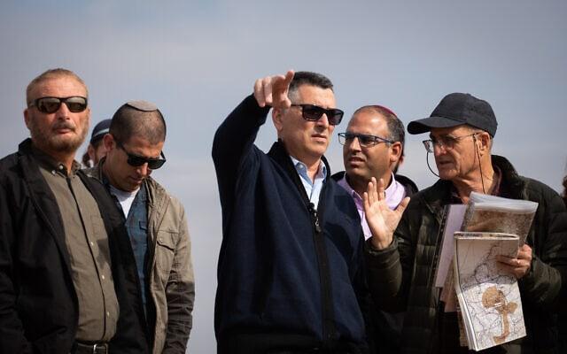 גדעון סער בעת ביקור בגדה המערבית, ליד חאן אל אחמר, ב-10 בדצמבר 2019 (צילום: הדס פרוש/פלאש90)