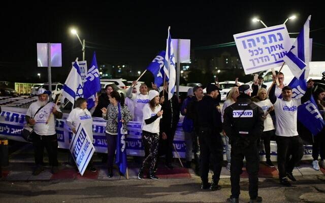 תומכי נתניהו מפגינים מחוץ לארוע השקת הקמפיין של גדעון סער לראשות הליכוד, 16 בדצמבר 2019 (צילום: תומר נויברג/פלאש90)
