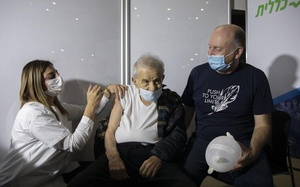 בנימין גולן, בן 96, מקבל חיסון נגד קורונה, 4 בינואר 2021. למצולמים אין קשר לנאמר בכתבה (צילום: אוליבייה פיטוסי/פלאש90)