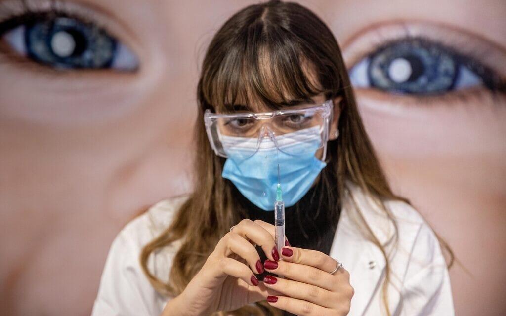 מבצע החיסונים נגד קורונה, ינואר 2020 (צילום: Yonatan Sindel/Flash90)