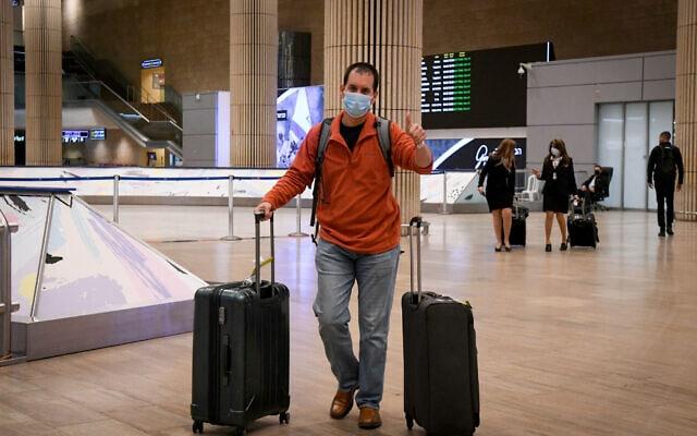 """ישראלים אחרונים חוזרים לארץ לפני סגירת נתב""""ג ב-24 בינואר 2021. למצולמים אין קשר לנאמר בכתבה (צילום: פלאש90)"""