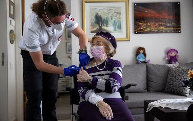 אילוסטרציה: קשישה מתחסנת בבית אבות בירושלים (צילום: יונתן זינדל/פלאש90)