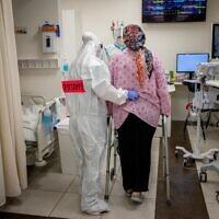 צוות רפואי מטפל באישה בהריון שחלתה בקורונה בבית החולים שערי צדק בירושלים, 3 בפברואר 2021 (צילום: יונתן זינדל/פלאש90)