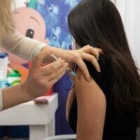 מורה מקבל חיסון במרכז החיסונים של קופת חולים כללית בחולון, 4 בפברואר 2021 (צילום: חן לאופולד/פלאש90)