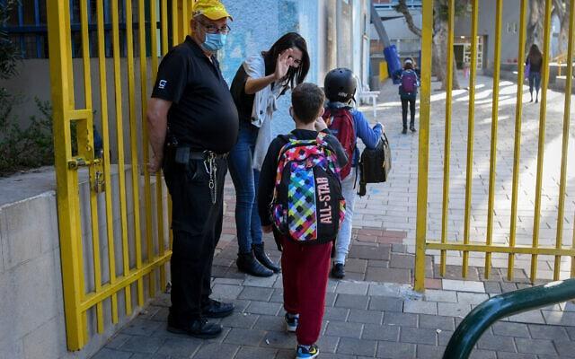 ילדים חוזרים ללימודים בבית הספר היסודי גבריאלי בתל אביב, 11 בפברואר 2021 (צילום: אבשלום ששוני/פלאש90)
