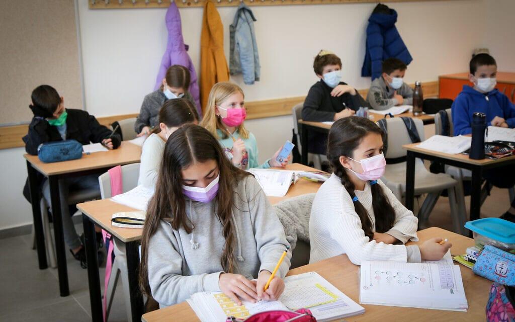 תלמידי כיתה ה' בבית ספר יסודי באפרת, 21 בפברואר 2021 (צילום: גרשון אלינסון, פלאש 90)