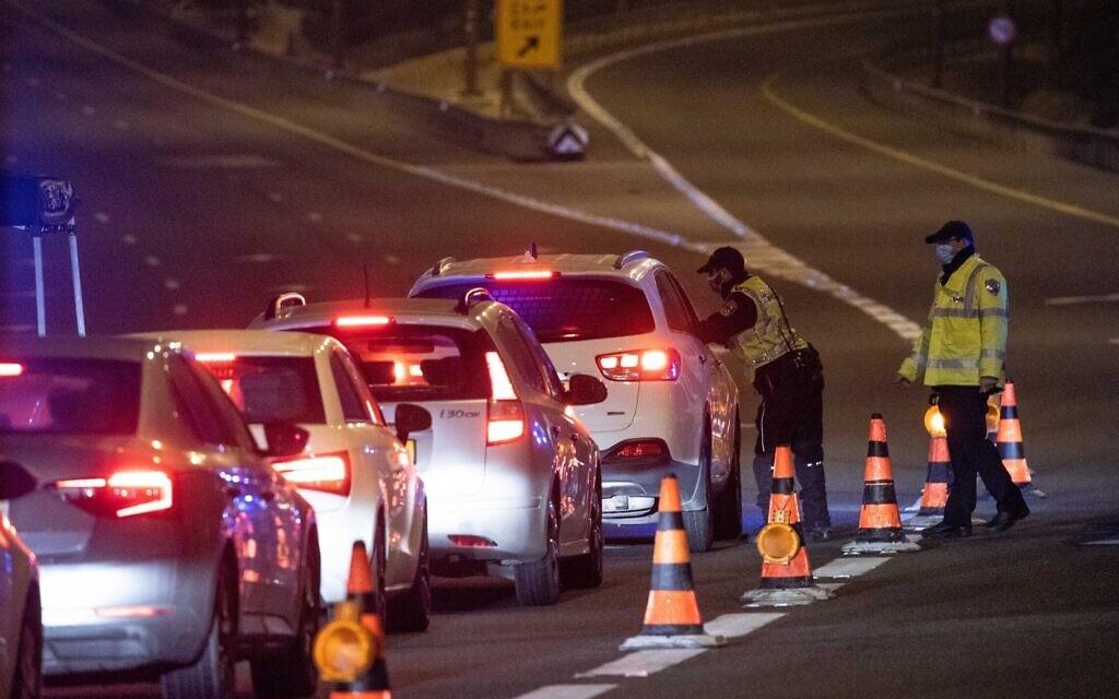מחסום משטרתי בכביש 1, בכניסה לירושלים, 25 בפברואר 2021 (צילום: יונתן זינדל, פלאש 90)