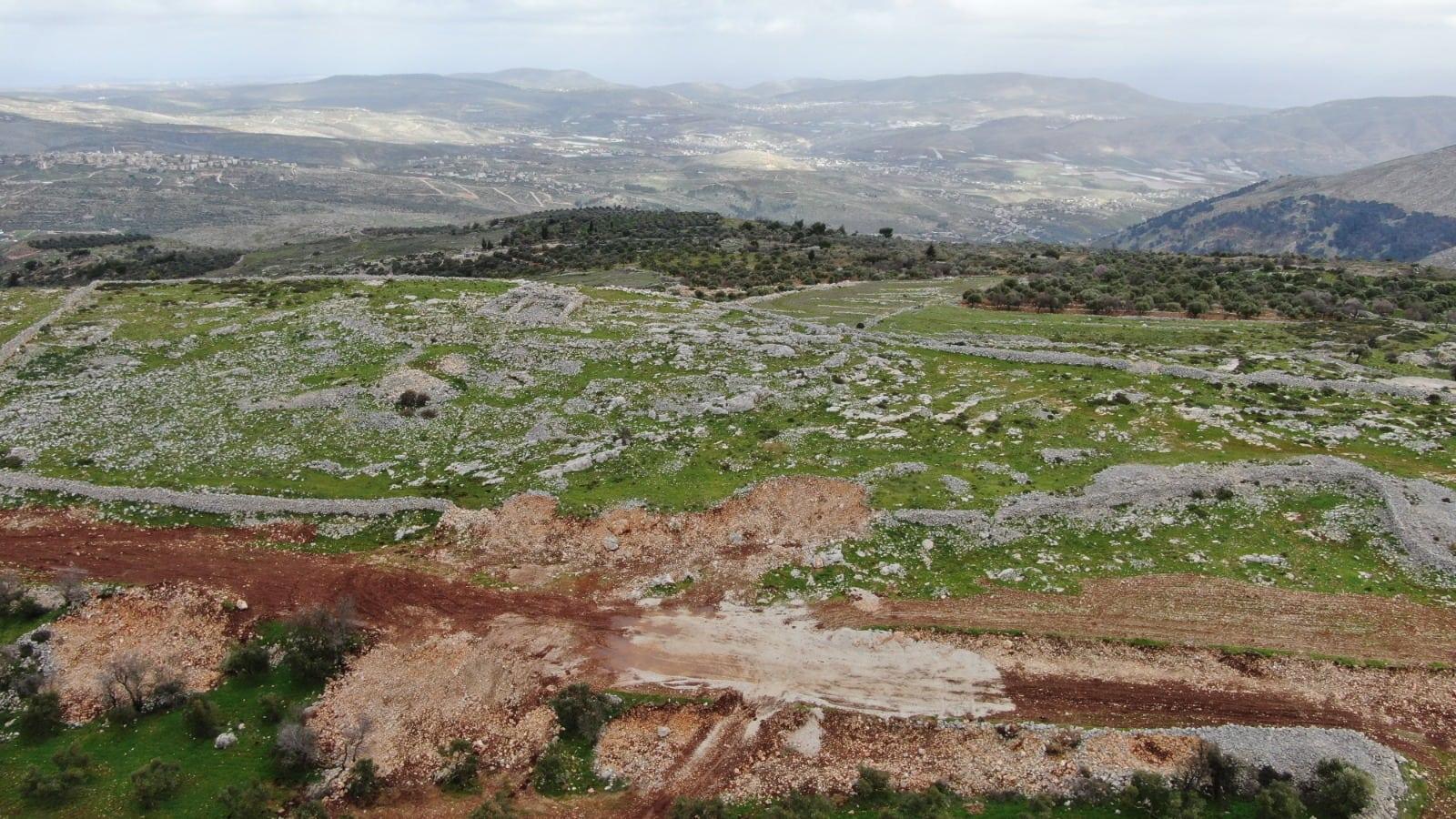 """קטע הרוס של חומת האבן הנמוכה מתקופת הברזל המוקדמת באתר הארכיאולוגי בהר עיבל, 10 בפברואר 2021 (צילום: באדיבות """"שומרים על הנצח"""")"""