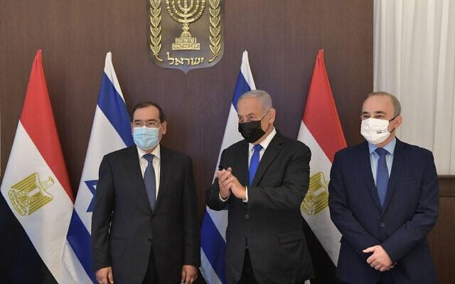 """ראש הממשלה בנימין נתניהו ושר האנרגיה יובל שטייניץ בפגישתם עם שר האנרגיה של מצרים טארק אל-מולא, 21 בפברואר 2021 (צילום: קובי גדעון, לע""""מ)"""