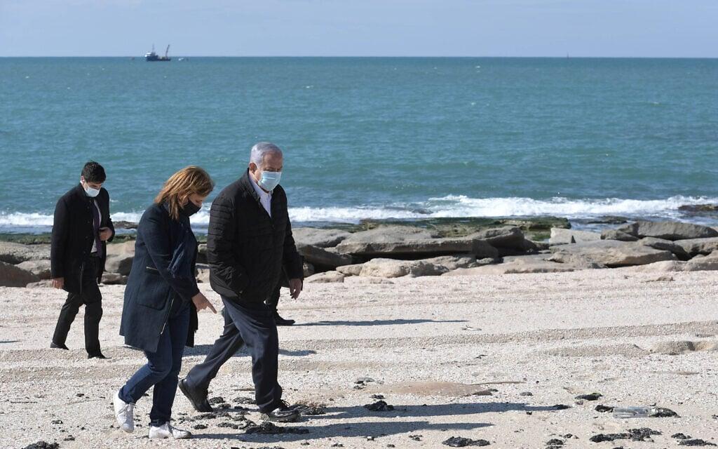 """ראש הממשלה בנימין נתניהו והשרה להגנת הסביבה גילה גמליאל בחוף ים באשדוד בעקבות דליפת הנפט שגרמה לזיהום בחופי הארץ, 21 בפברואר 2021 (צילום: קובי גדעון/לע""""מ)"""