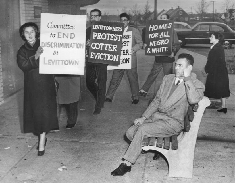 מפגינים בלוויטאון שבניו יורק, 1953 (צילום: רשות הציבור)