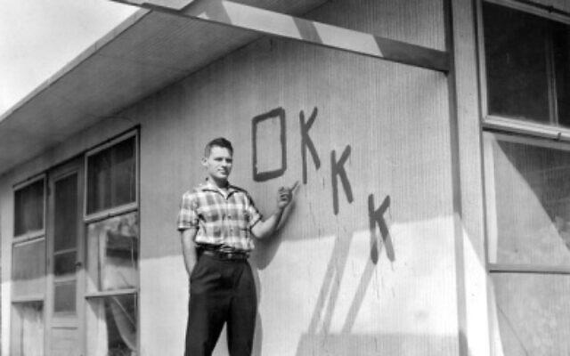 לואיס וכלר ליד ביתו בלוויטאון שבפנסילבניה, 1957 (צילום: רשות הציבור)