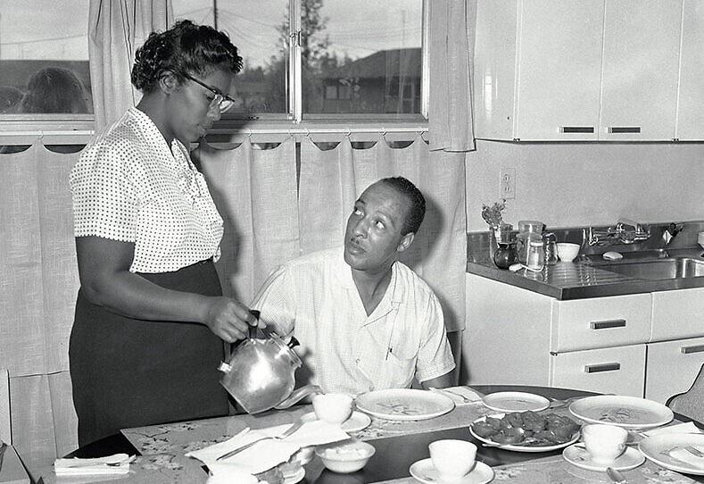 ויליאם ודייזי מאיירס בביתם בלוויטאון שבפנסילבניה, 19 באוגוסט 1957 (צילום: Sam Myers, AP)