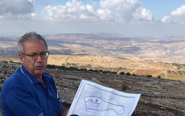 מדריך הטיולים שוקי לוין באתר הארכיאולוגי בהר עיבל (צילום: באדיבות המצולם)