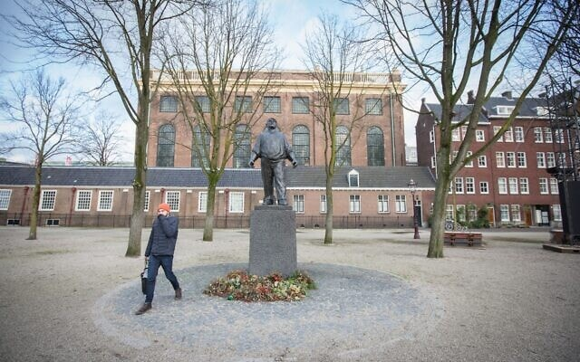 פסל הסוור באמסטרדם, ינואר 2018 (צילום: Elan Kawesch/The Times of Israel)