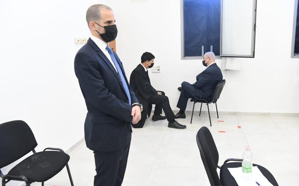 בנימין נתניהו עם עורך דינו עמית חדד בבית המשפט המחוזי בירושלים, 8 בפברואר 2021 (צילום: ראובן קסטרו/פול)