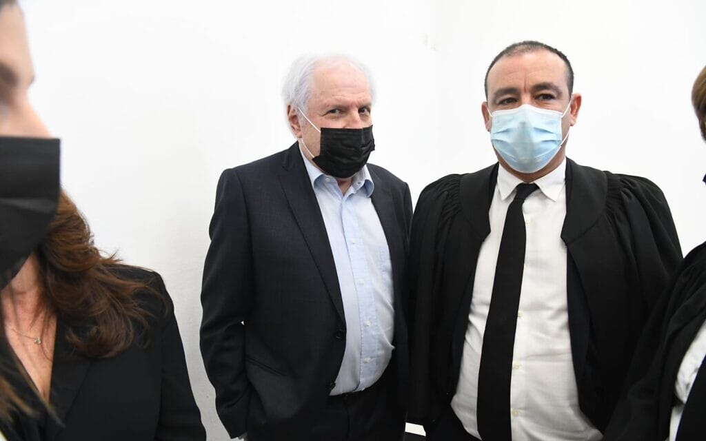 שאול אלוביץ' (משמאל) ועורך דינו ז'ק חן בבית המשפט המחוזי בירושלים, 8 בפברואר 2021 (צילום: ראובן קסטרו/פול)
